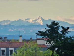 Vue du mont-blanc de mon balcon(croix-rousse)en principe,aussi net,ce qui est rare,annonce de mauvais temps!