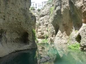 Au plus bas de la mine,une eau calme et translucide qui donne envie de pêcher